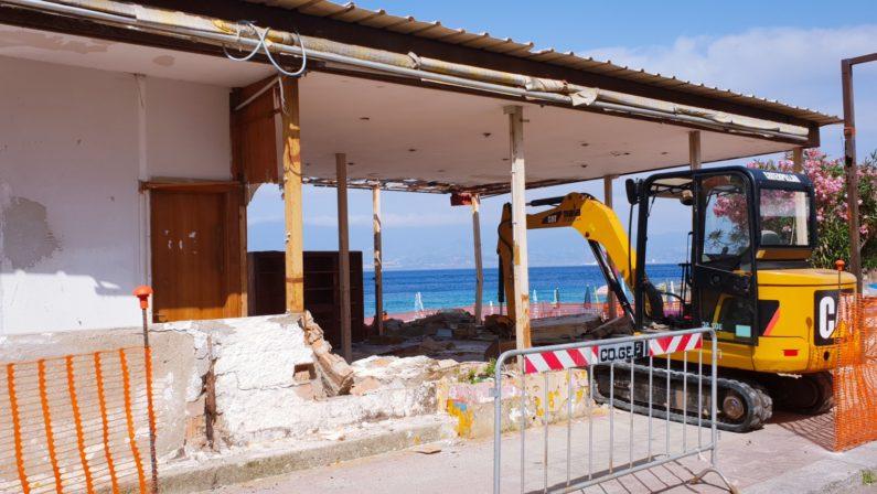 Demolito stabilimento balneare abusivo nel CrotoneseTutelato il litorale dopo il rigetto del condono edilizio
