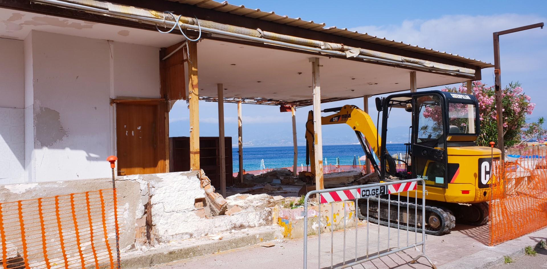Demolito stabilimento balneare abusivo nel crotonese  Tutelato il litorale dopo il rigetto del condono edilizio
