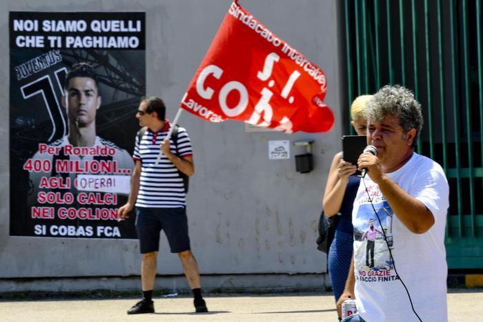 """""""Per Cristiano Ronaldo 400 milioni.. agli operai solo calci.."""": la protesta alla Fca di Napoli"""