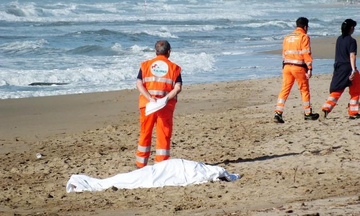 Tragedia a Castelvolturno: tenta di salvare nipotina in mare e muore