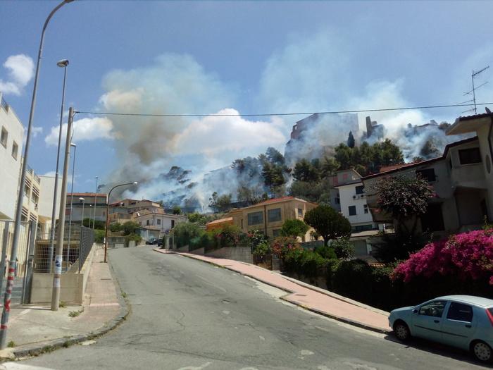 Incendio distrugge il parco del castello di RoccellaLambite anche diverse abitazioni, danni ingenti