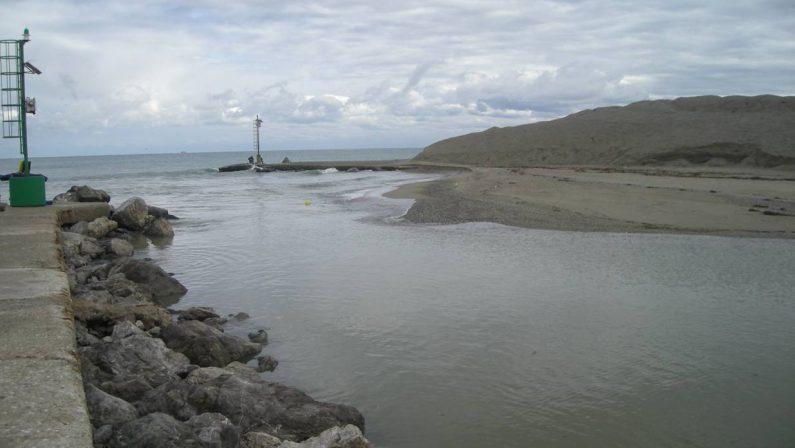 Laghi di Sibari, dal Comune di Cassano un mezzo per dragare la foce del Canale degli Stombi