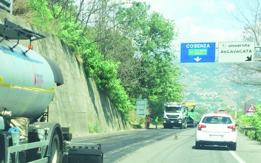 Trascorrere le vacanze in macchina tra lunghe code  La Calabria fa ancora i conti con traffico e cantieri