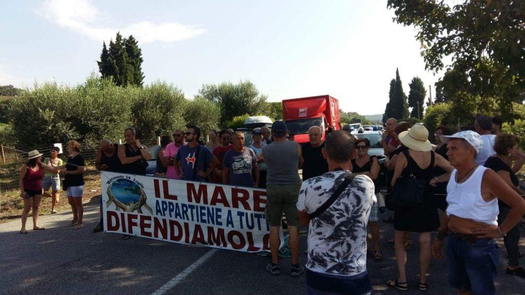 Rifiuti e degrado, i nicoteresi occupano la statale 18Forte protesta dei residenti che invocano Oliverio