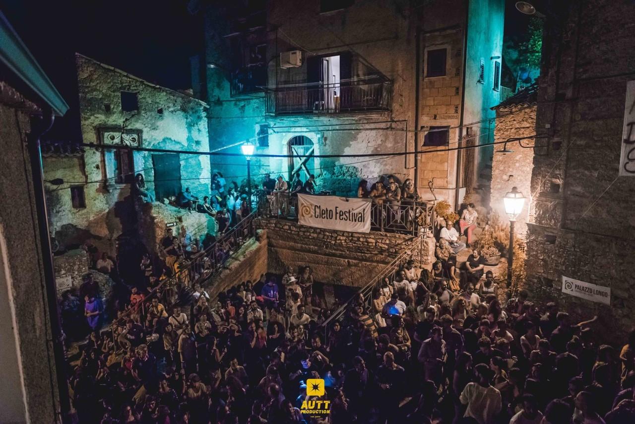 """Il miracolo di Cleto: il borgo in bilico tra abbandono e sviluppo si """"risveglia"""" con arte e cibo"""