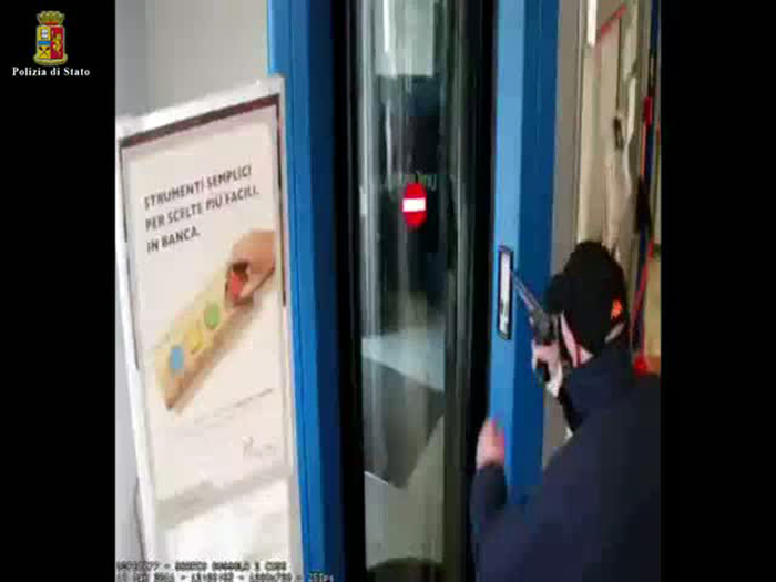 Napoli, sbucano da fogne armati e rapinano 18 mila euro