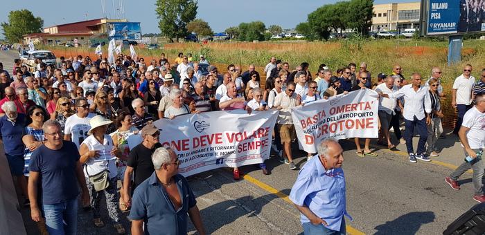 Stop ai voli per Pisa dall'aeroporto di Crotone, in 200 bloccano la 106 per protesta