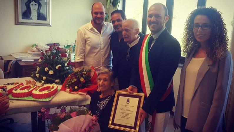 La storia: un secolo di vita per nonna RosaNel Vibonese un'intera comunità festeggia i 100 anni