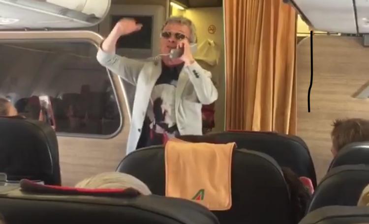 Caos posti su volo Lamezia-Roma e passeggeri inferocitiPer calmarli interviene Pupo con una sua canzone