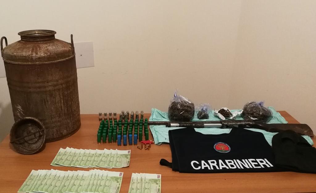 Armi e munizioni nascoste in un canale di scolo  I carabinieri sequestrano un fucile, munizioni e droga