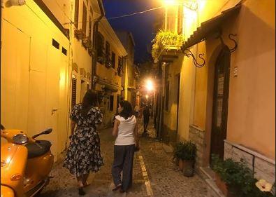 """Ashley Graham, la modella """"Curvy"""" famosa in tutto il mondo in vacanza in Calabria col marito di origini reggine"""