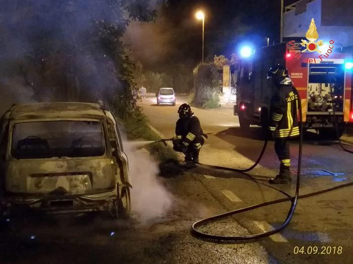 Incendiano l'auto del vicino per risentimenti personali  Due donne denunciate dai carabinieri nel Catanzarese