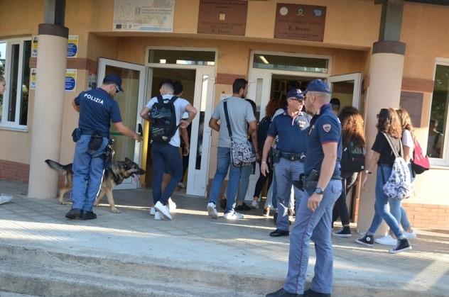Spaccio di droga davanti le scuole, blitz della poliziaDue arresti a Botricello e una denuncia a Catanzaro