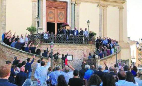 Saluto fascista al funerale di un esponente di destraIdentificate dalla digos di Catanzaro dieci persone