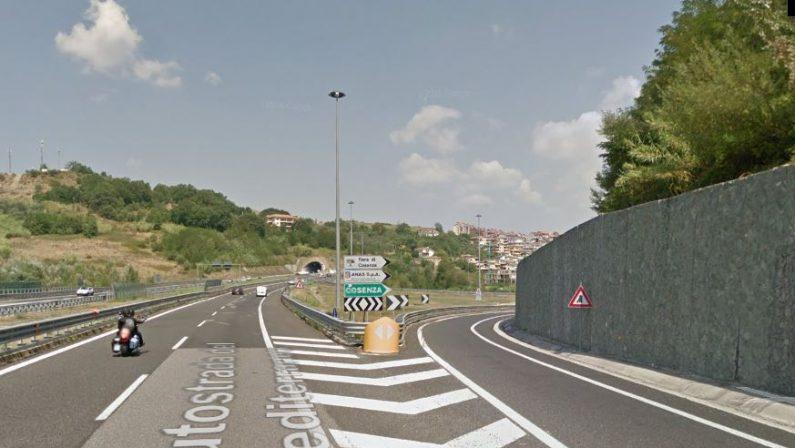 Principio di incendio di una autocisterna sull'AutostradaTraffico provvisoriamente bloccato tra Cosenza e Rende
