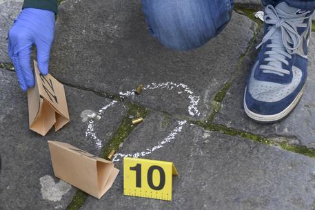 Napoli:stesa della camorra con 50 colpi pistola