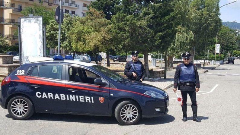 Soverato, ruba un cellulare e una volta scoperto aggredisce i carabinieri, arrestato 52enne