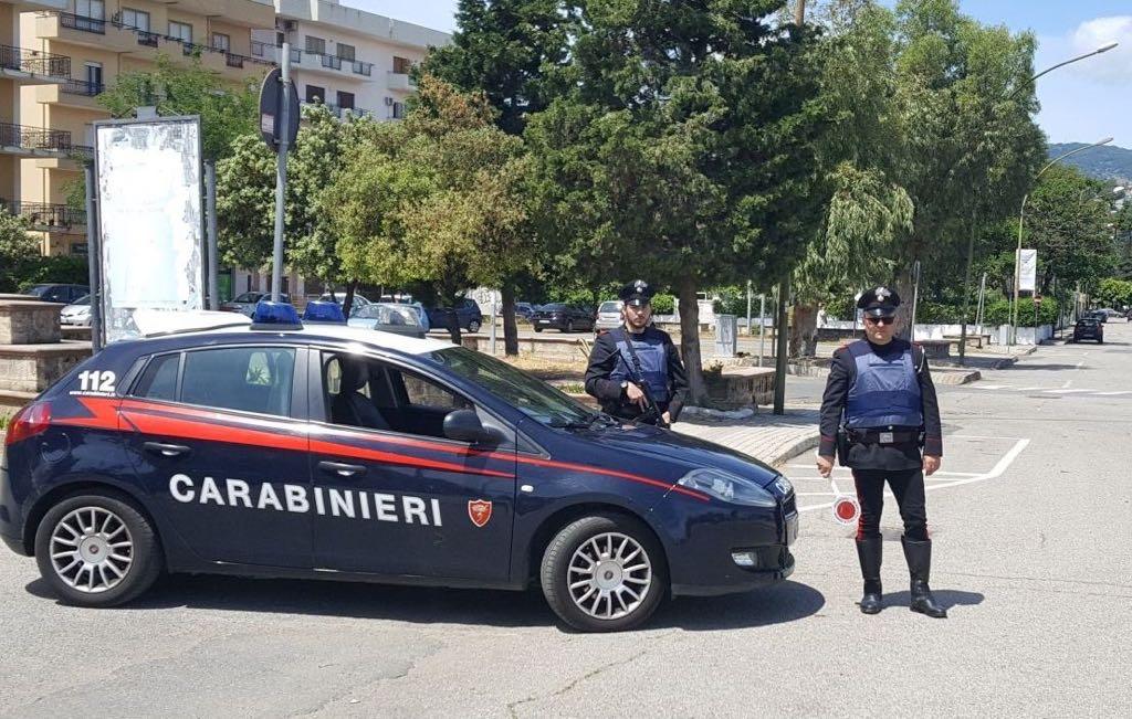 Aggredisce carabinieri e travolge pedone con stampelle Arrestato un parcheggiatore abusivo a Soverato