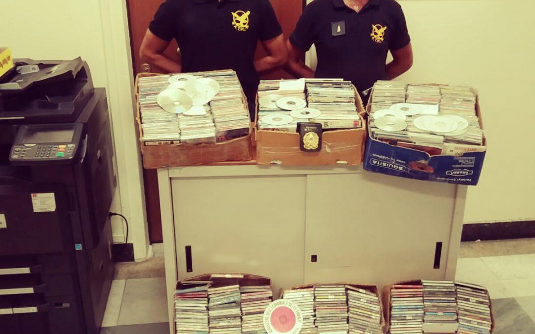 Vendeva Cd musicali contraffatti nel Vibonese  Denunciato commerciante, sequestrati mille pezzi