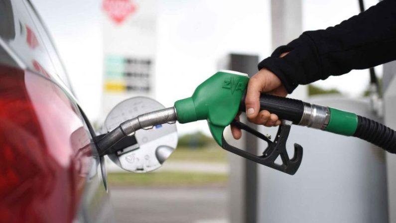 In Calabria benzina tra le più care anche per le imposte regionaliDue centesimi voluti da Scopelliti, Federconsumatori: «Eliminatela»
