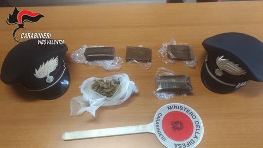 Tentano la fuga in autostrada con un carico di drogaDue arresti nel Vibonese. Uno è indagato per tentato omicidio