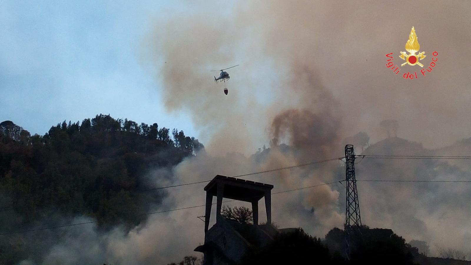 Incendi nel Catanzarese, 3 roghi spenti in poche oreA Copanello lambite anche abitazioni. Natura dolosa