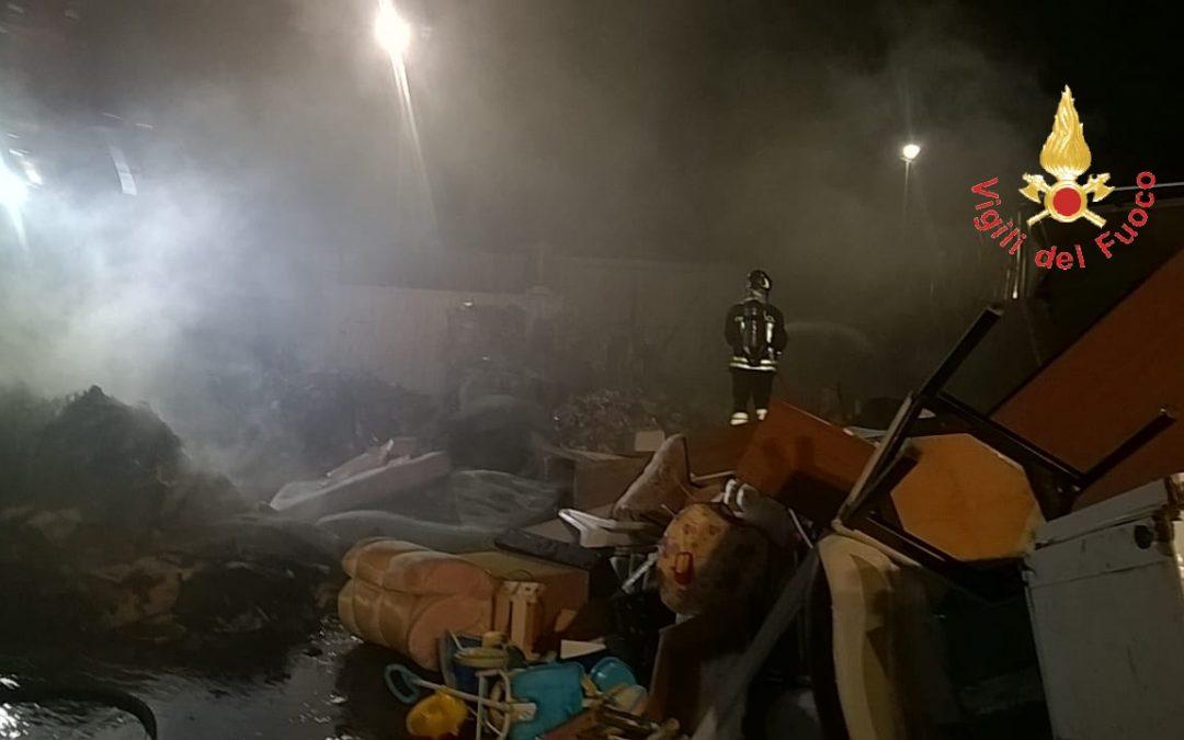 Ambiente, incendio in azienda di stoccaggio di rifiuti Notte di paura a Lamezia, bruciate molte ecoballe