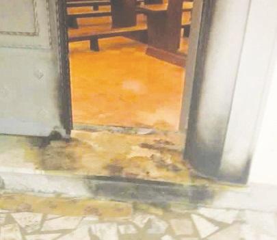 Incendiato il portone della chiesa di Isola Capo RizzutoE' allarme sicurezza: sale il numero di intimidazioni