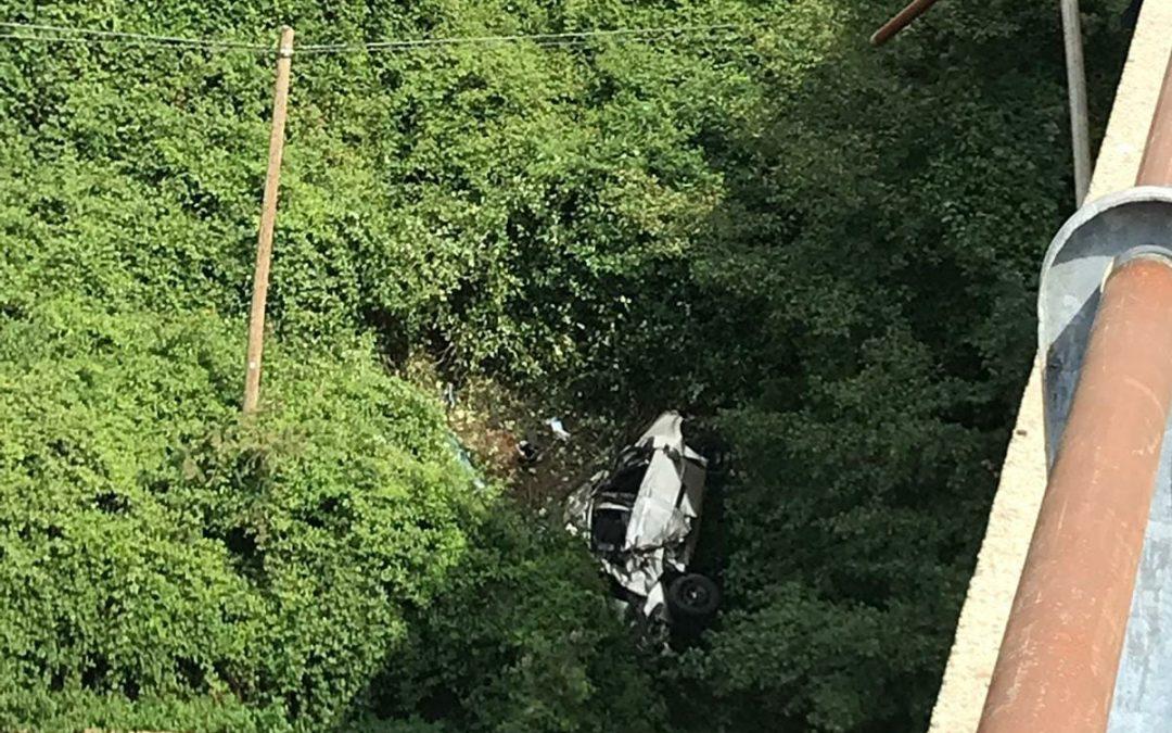L'auto precipitata dal ponte