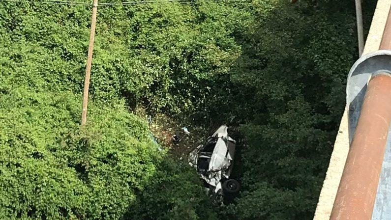 Esce fuori strada con l'auto e precipita da un ponteMorto un uomo in un incidente nel Cosentino