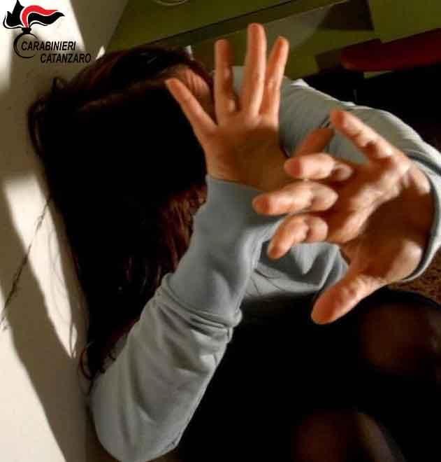 Violenta compagna e la porta dove fu uccisa FabianaEpisodi anche davanti ai figli, allontanato nel Cosentino