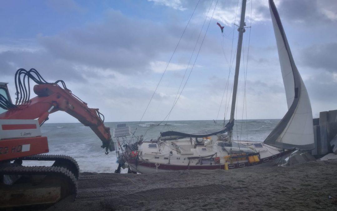 Giallo a Catanzaro, una barca vuota alla deriva  Verifiche in corso sull'esistenza di possibili dispersi