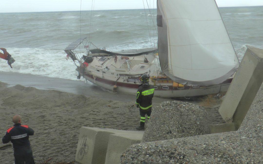 Nave alla deriva arenata al porto di Catanzaro Lido  Identificato il presunto disperso proprietario della barca