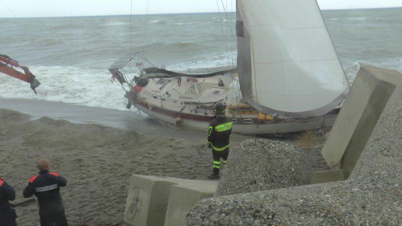 Nave alla deriva arenata al porto di Catanzaro LidoIdentificato il presunto disperso proprietario della barca