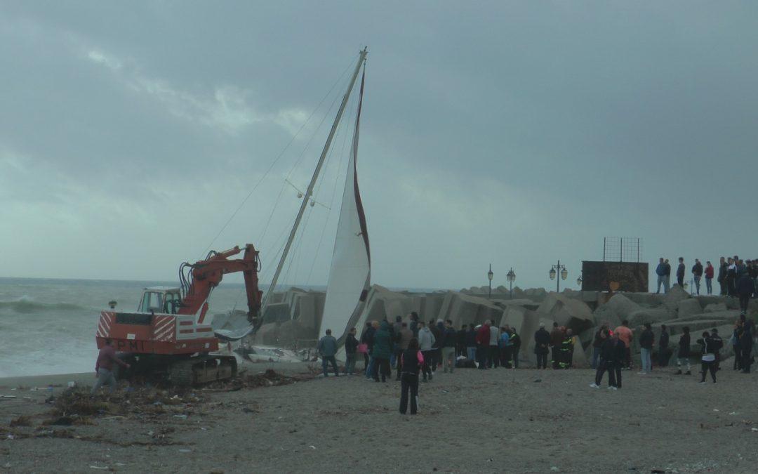 FOTO – MIstero a Catanzaro Lido, si arena una barca alla deriva, le immagini