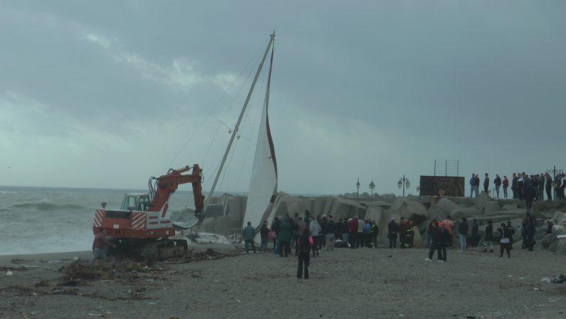 FOTO - MIstero a Catanzaro Lido, si arena una barca alla deriva, le immagini