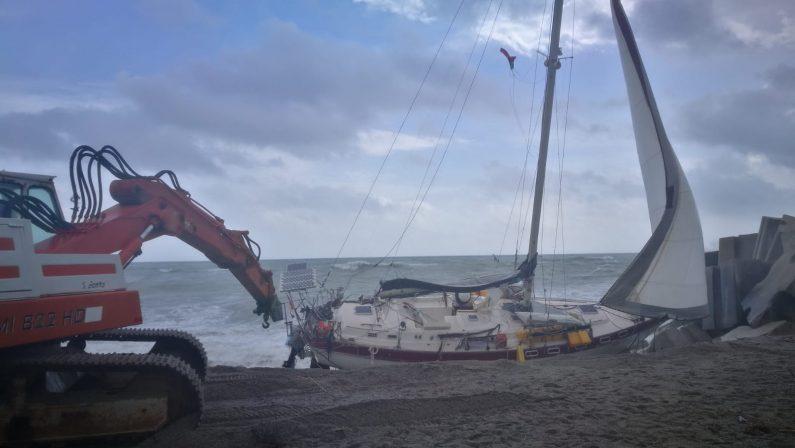 Giallo a Catanzaro, una barca vuota alla derivaVerifiche su possibili dispersi sospese per il mare mosso