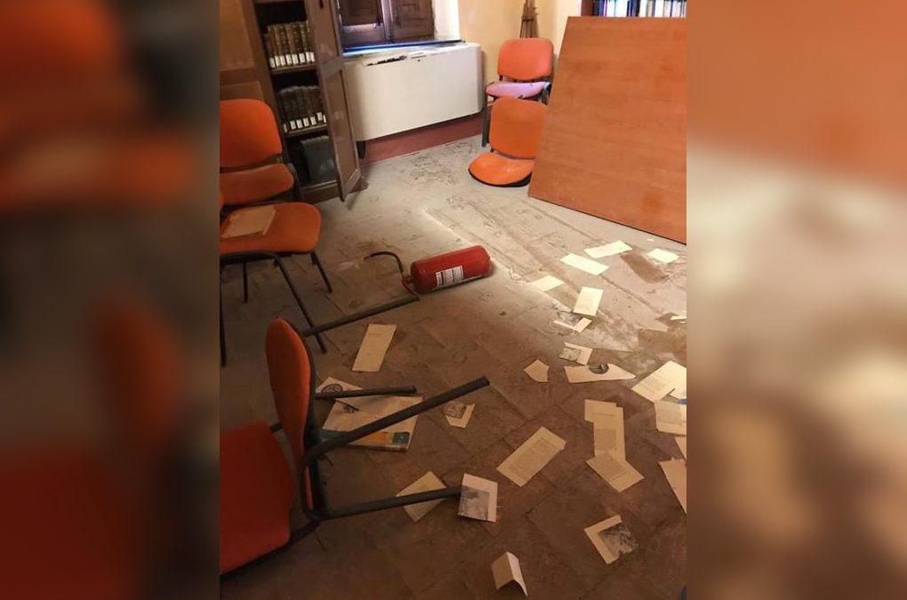 Una delle stanze oggetto del raid vandalico