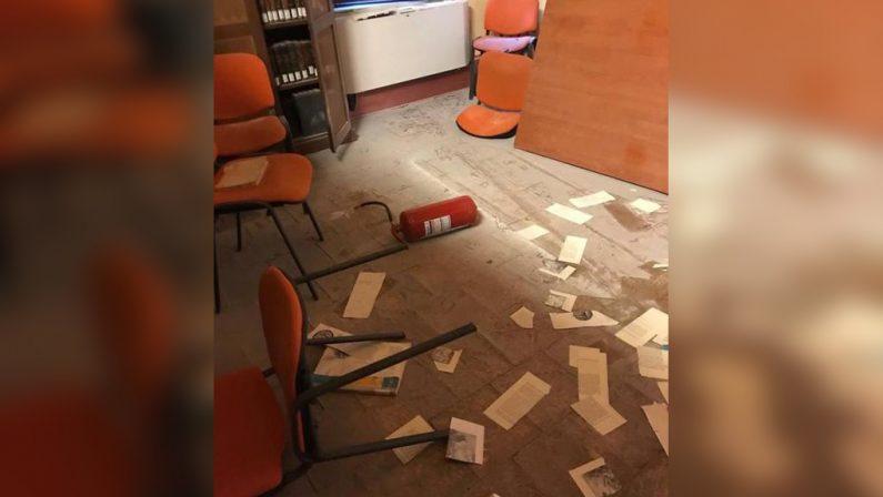Vandali in azione nella biblioteca comunale di CrotoneVideosorveglianza disattivata, tavoli rovesciati e libri strappati