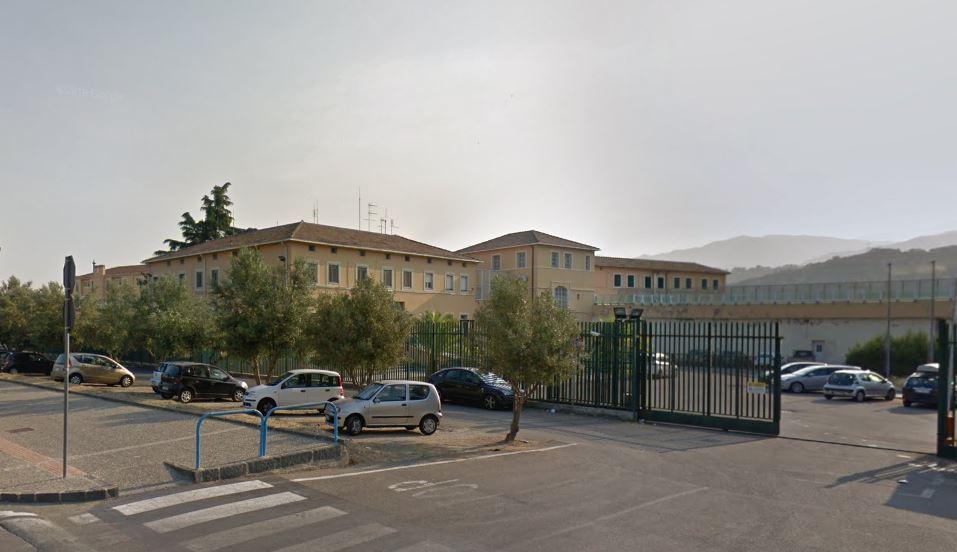 Polizia penitenziaria aggredita da detenuto straniero  Il Sappe: «Sovraffollamento nel carcere di Cosenza»