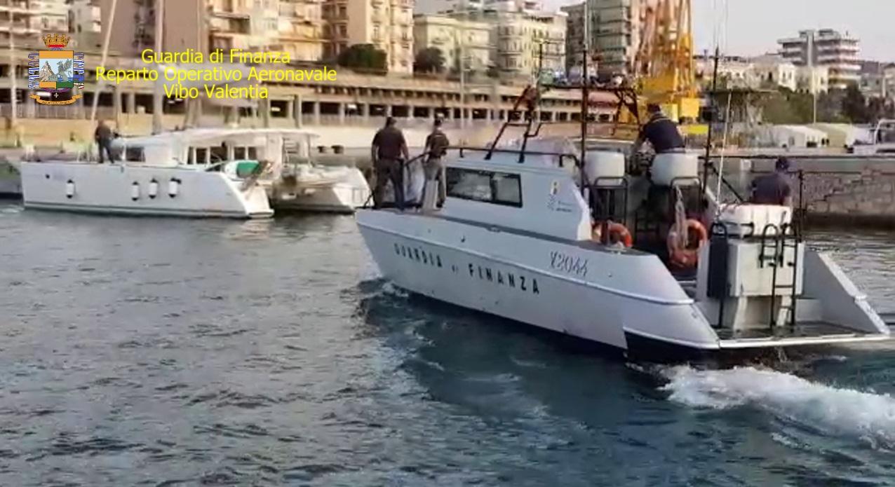 Reggio Calabria, la Finanza recupera catamarano rubatoArrestato anche un 43enne che conduceva la barca