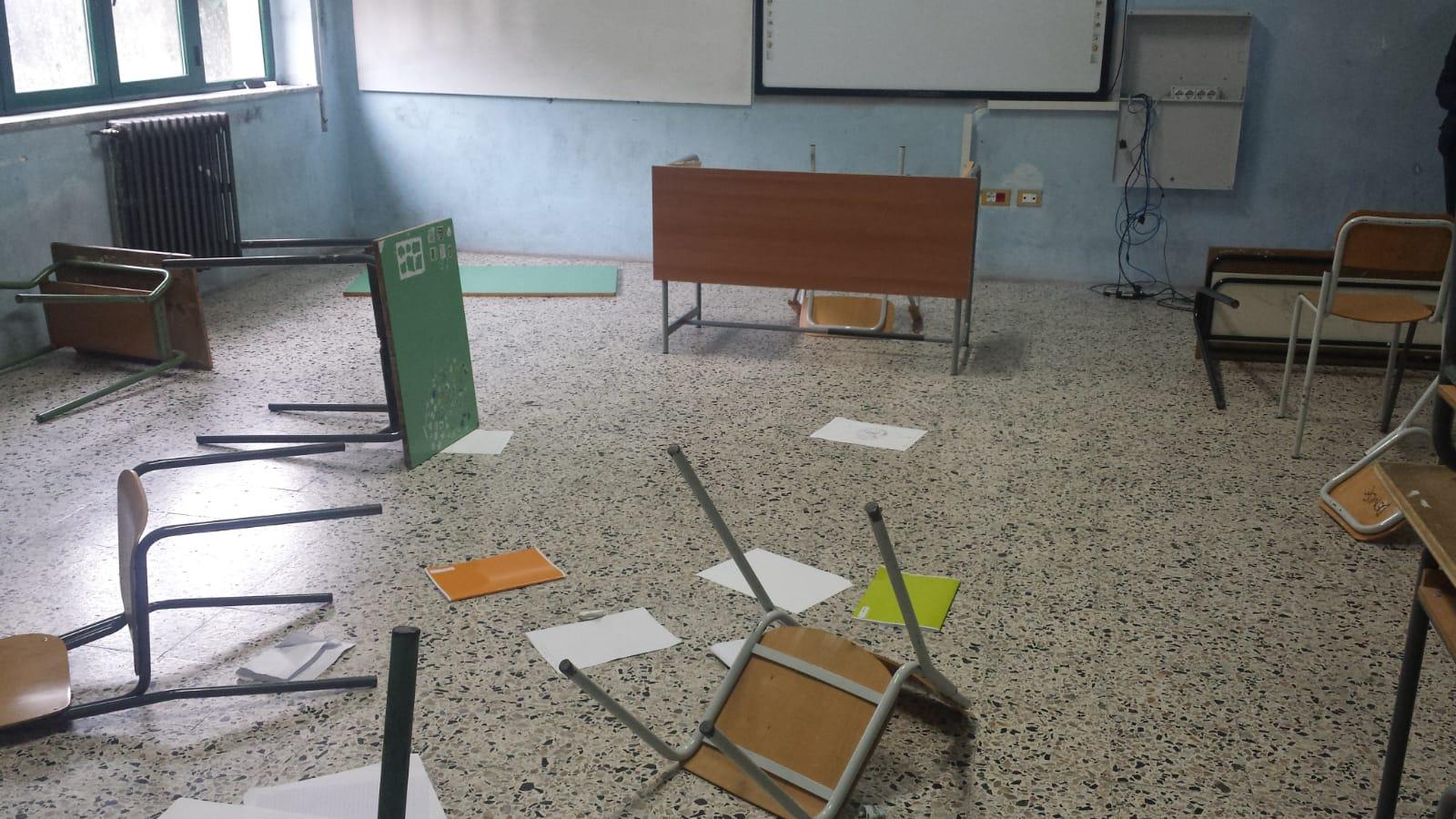 Gravi atti vandalici in una scuola del ViboneseDanni ingenti ad arredi e struttura, indagini