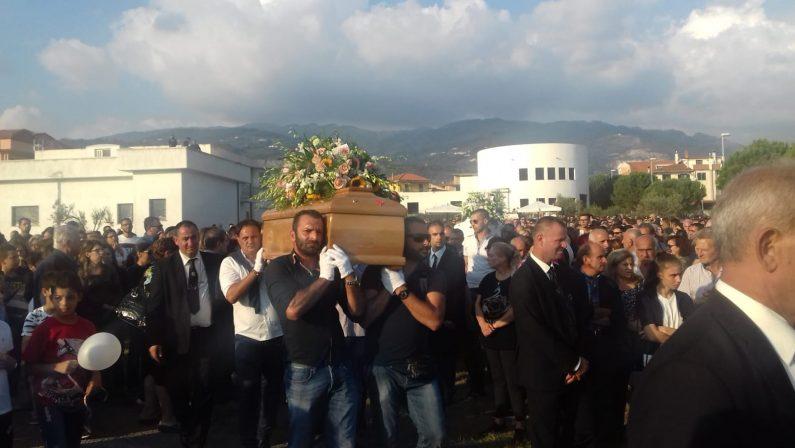 La tragedia di Gizzeria, grande commozione alle esequieIl Vescovo: «La morte è venuta come un ladro all'improvviso»