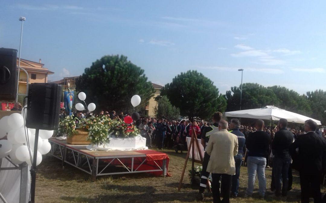 FOTO – Funerali all'aperto per le vittime del maltempo  Le immagini dell'ultimo saluto a Stefania, Cristian e Nicolò