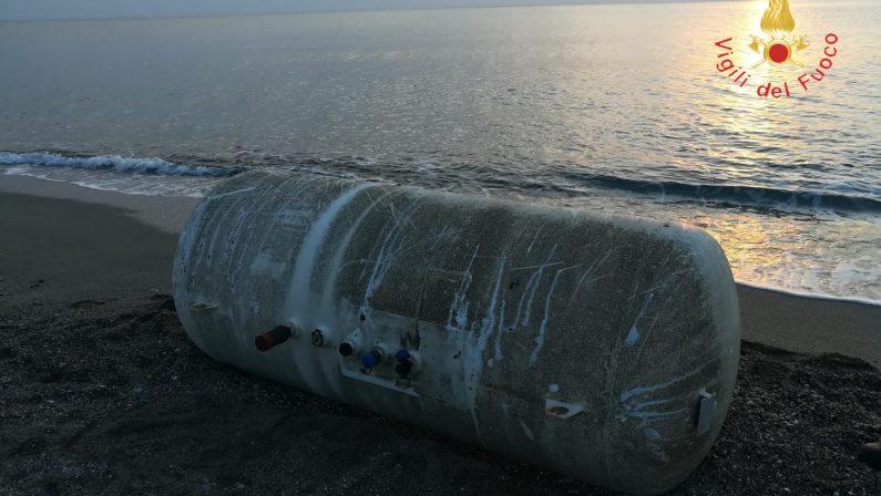 Un serbatoio carico di Gpl rinvenuto sulla spiaggiaScoperta nel Cosentino, forse in mare per il maltempo