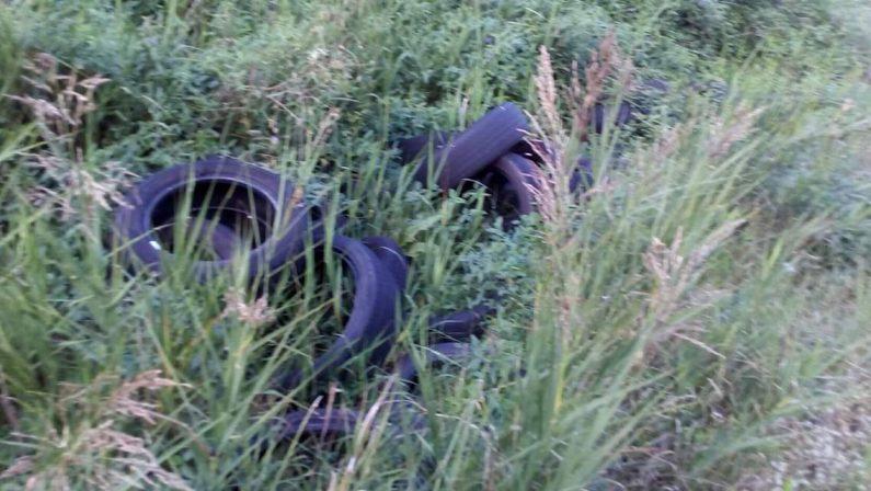 VIDEO - Discarica di pneumatici a cielo aperto a RombioloLe immagini del degrado dell'area nei pressi del cimitero