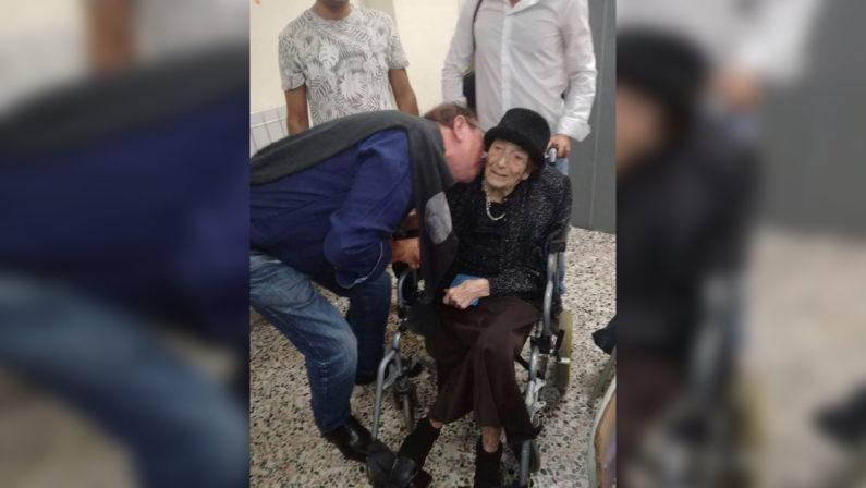 Elezioni a Tropea, votare per il figlio a 107 anniL'arrivo al seggio dell'anziana madre di Romano