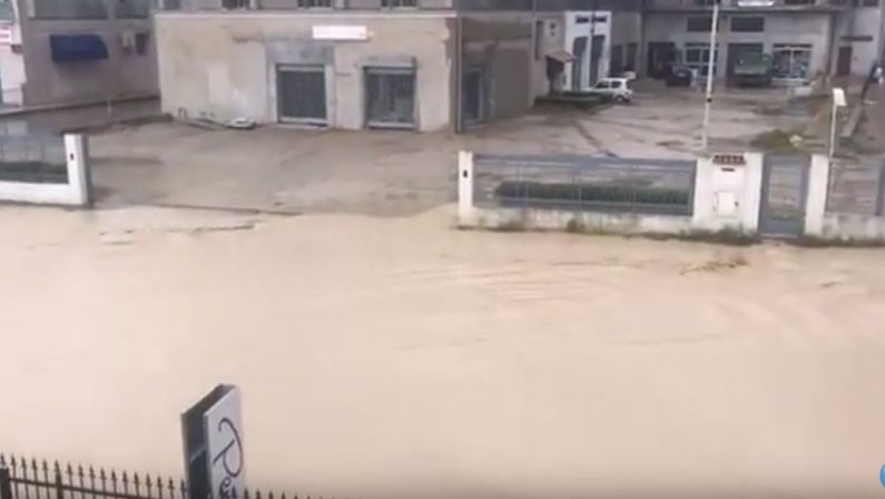 VIDEO - Maltempo in Calabria, le strade di Botricello trasformate in fiumi