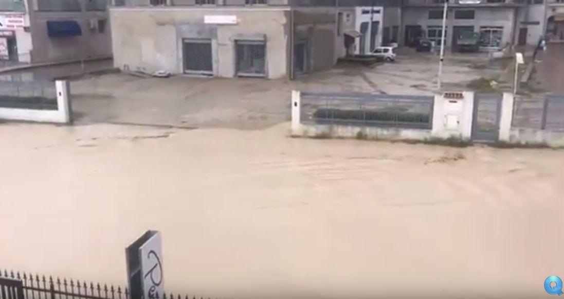 VIDEO - Maltempo in Calabria, le strade di Botricello trasformate in fiumi
