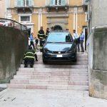auto giù dalle scale Matera.jpg